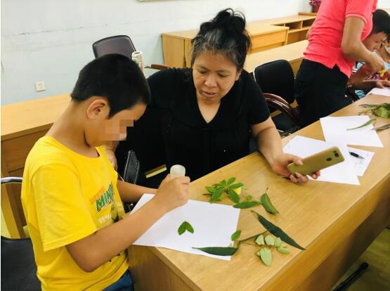 会员在创作树叶贴画2.jpg